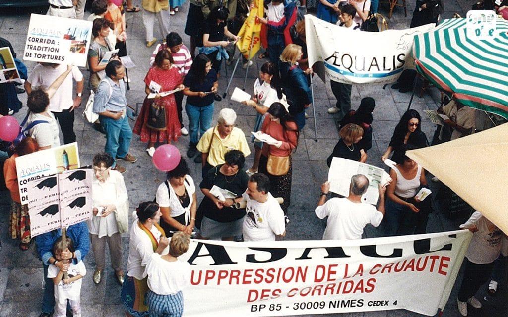 One Voice/Aequalis à la manifestation organisée par l'Alliance pour la suppression des corridas en 1996 à Nîmes. Avec la fédération liaison anti-corrida.